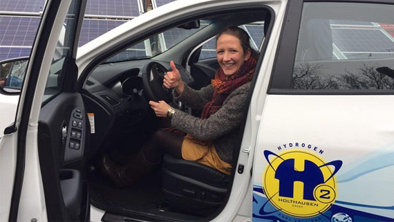 Testrit Nienke Homan in de waterstof auto van Holthausen