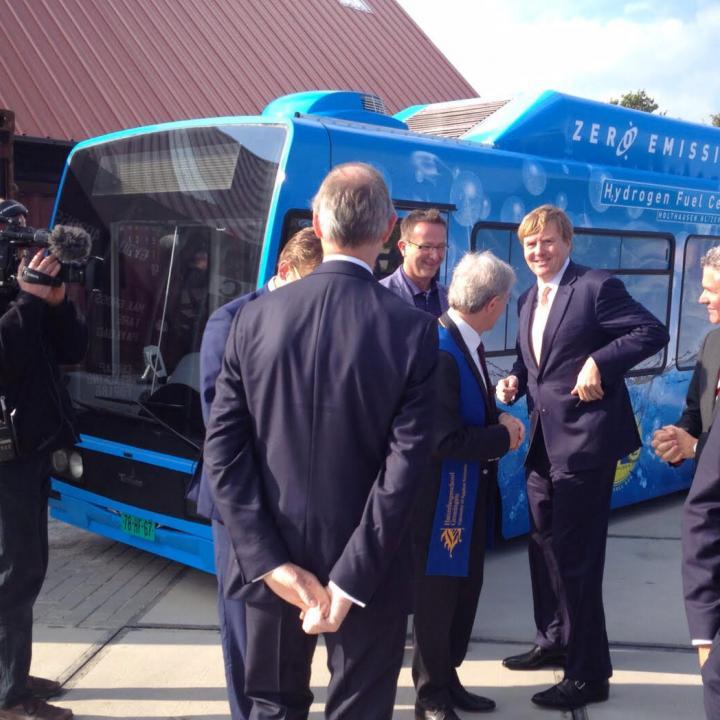 Hoogwaardig bezoek bij de lancering van de waterstof bus bij EnTranCe, Koning Willem Alexander